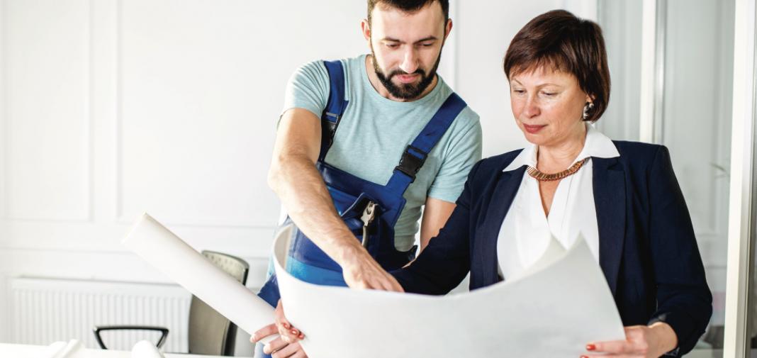 Contratista explicando un proyecto a su clienta